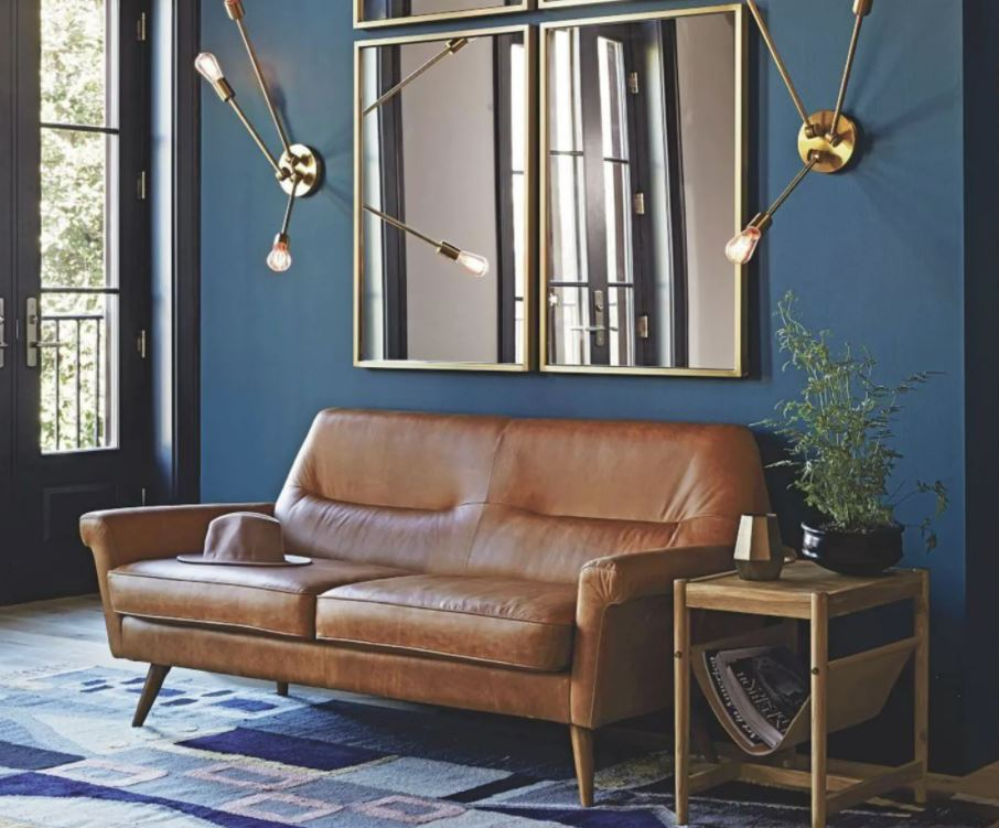 salon pequeño con espejos encima sofa