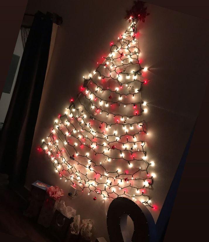 arbol con luces de navidad en pared