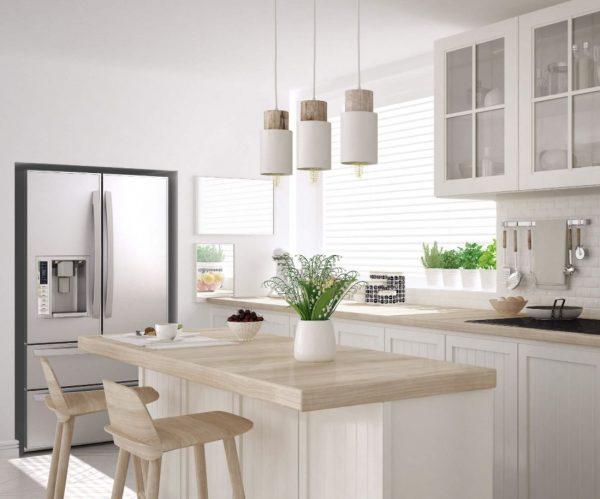 cocina blanca con encimera madera clara