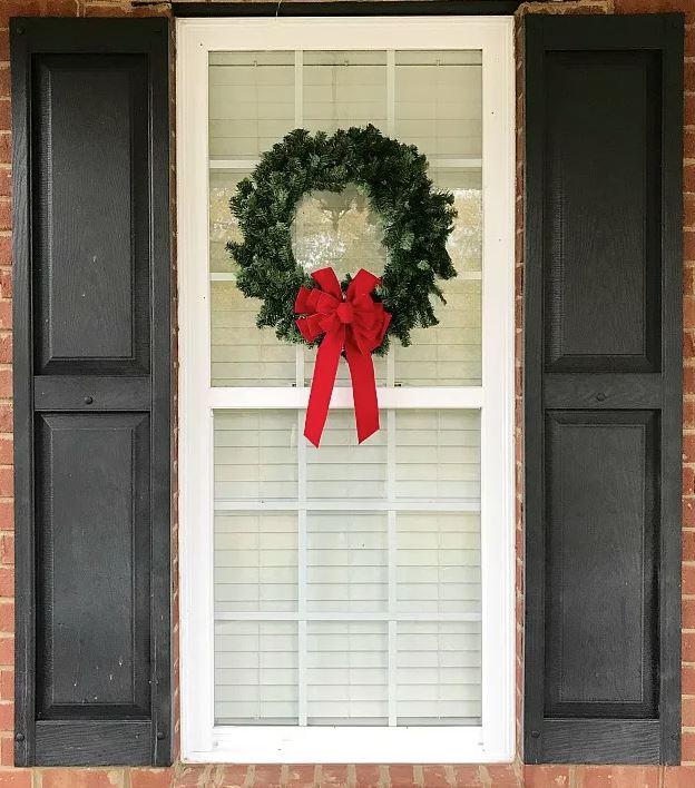 coronas de navidad en ventanas