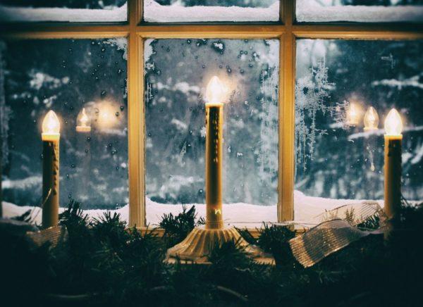 decorar ventanas con velas de navidad