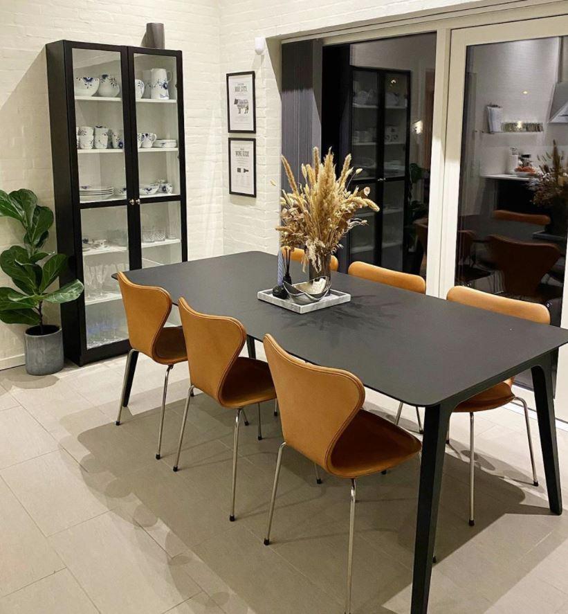 mesa negra de salon