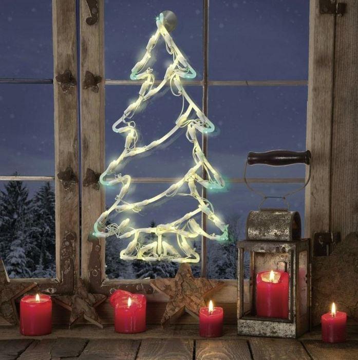 poner un arbol de navidad en la ventana con velas