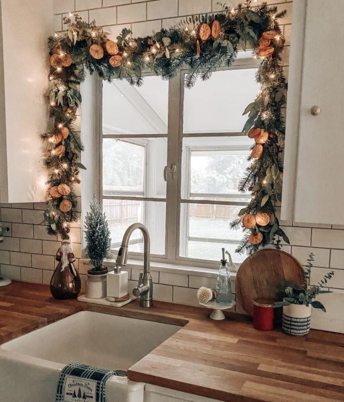ventanas con guirnaldas de navidad