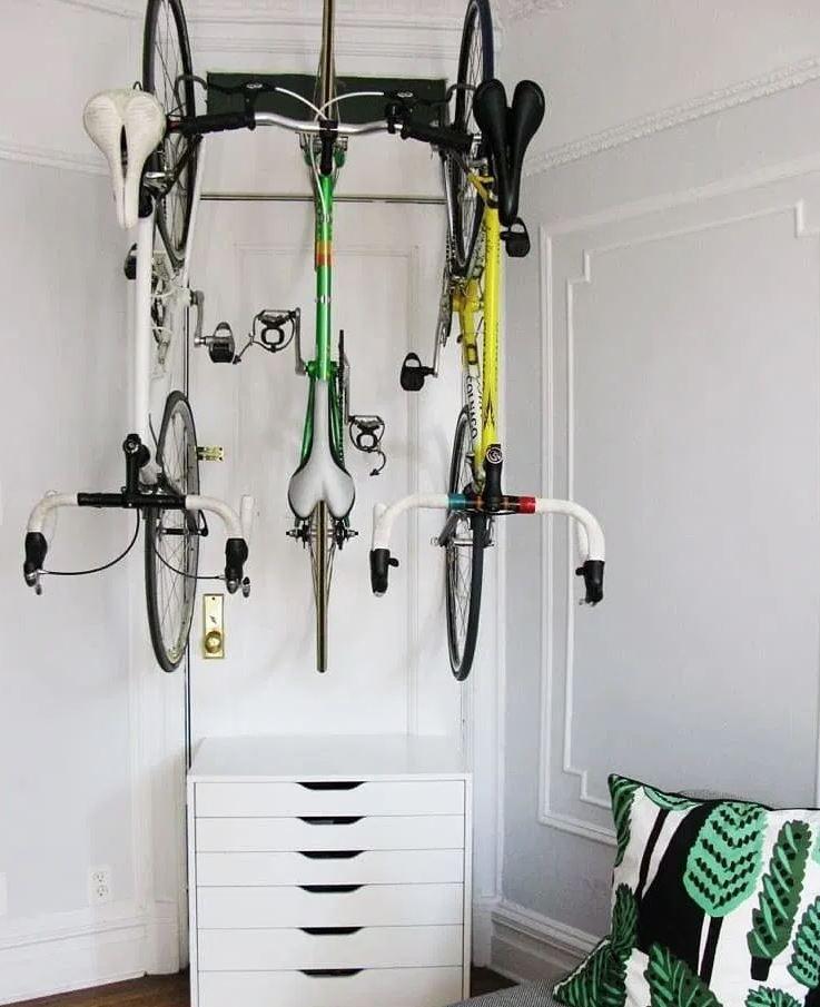 bicicletas colgadas en la pared