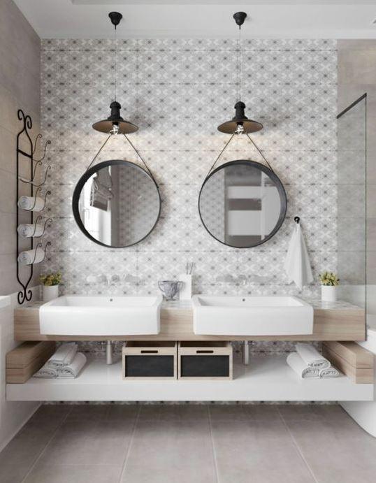 espejos colgados en la pared