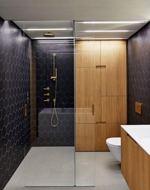 baños modernos con simil madera