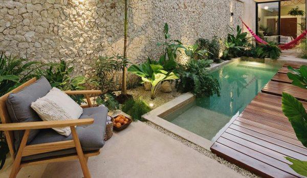 casa con patio interior y piscina