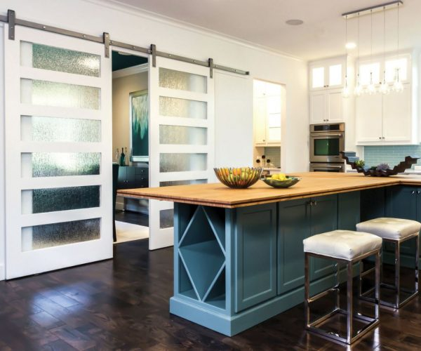 cocinas con puertas correderas de cristal y madera