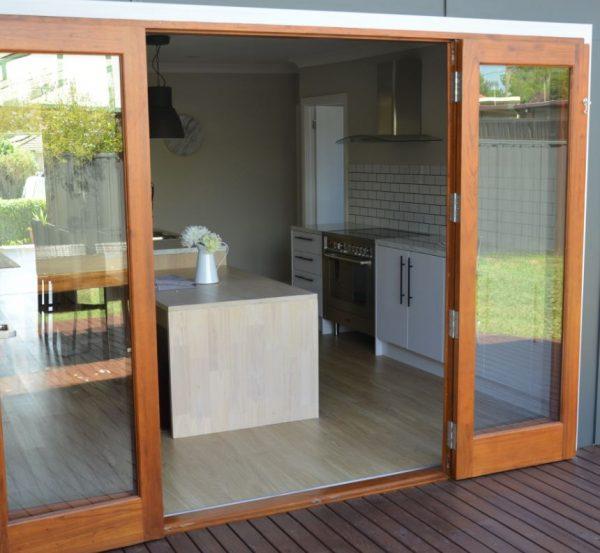 puertas de madera con vidrio en cocina