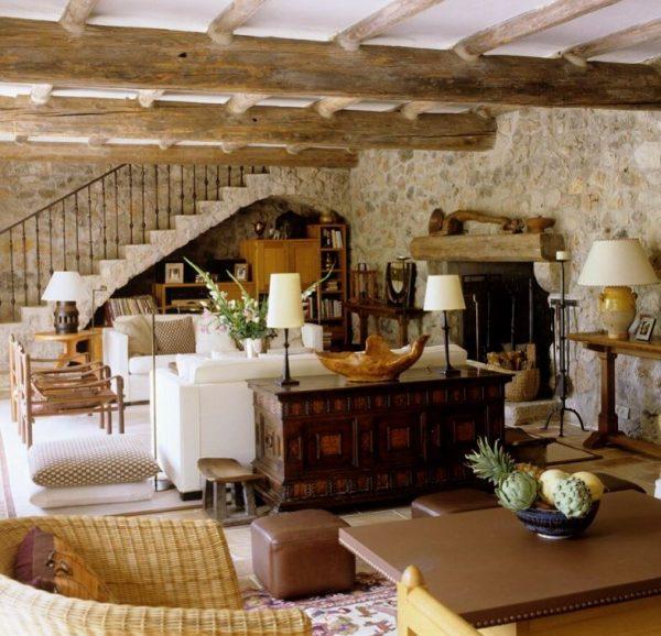 salón antiguo de piedra y madera