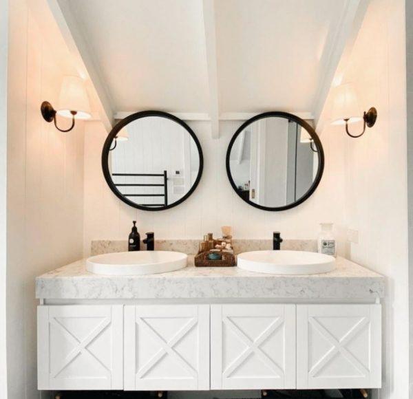 baño con dos lavabos juntos