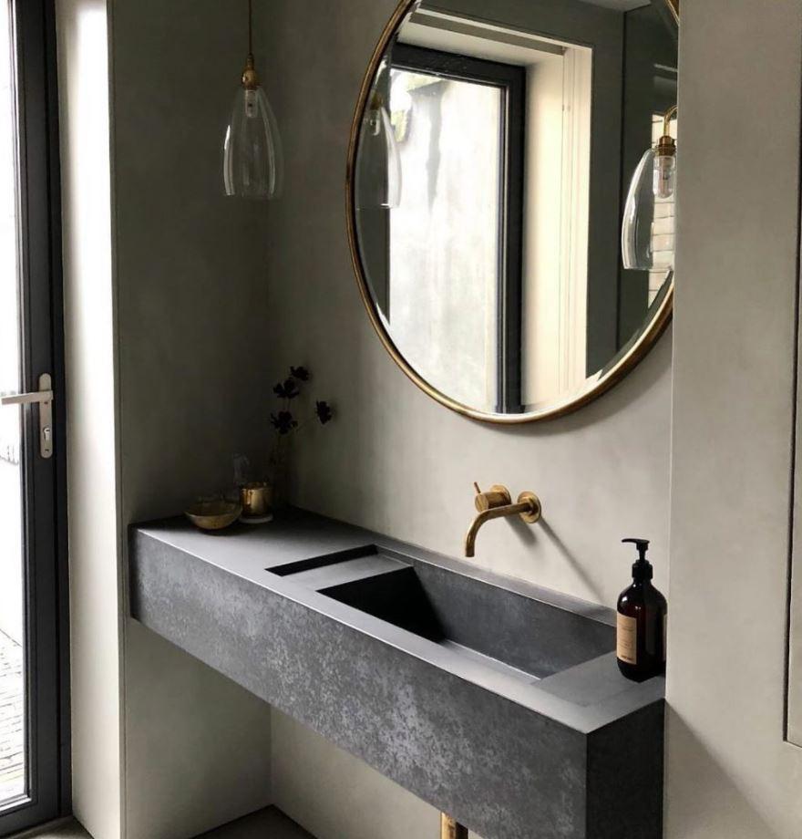 baño con lavabo oscuro