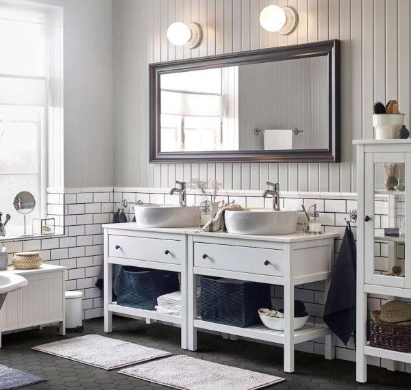baño pequeño con dos lavabos