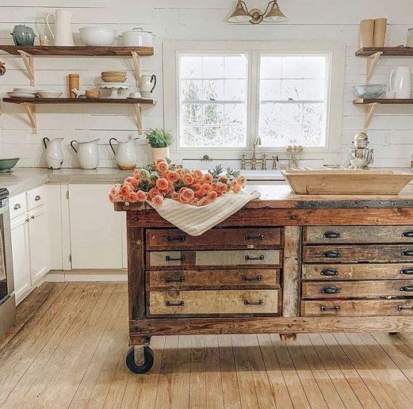 cocina rustica con isla central con ruedas