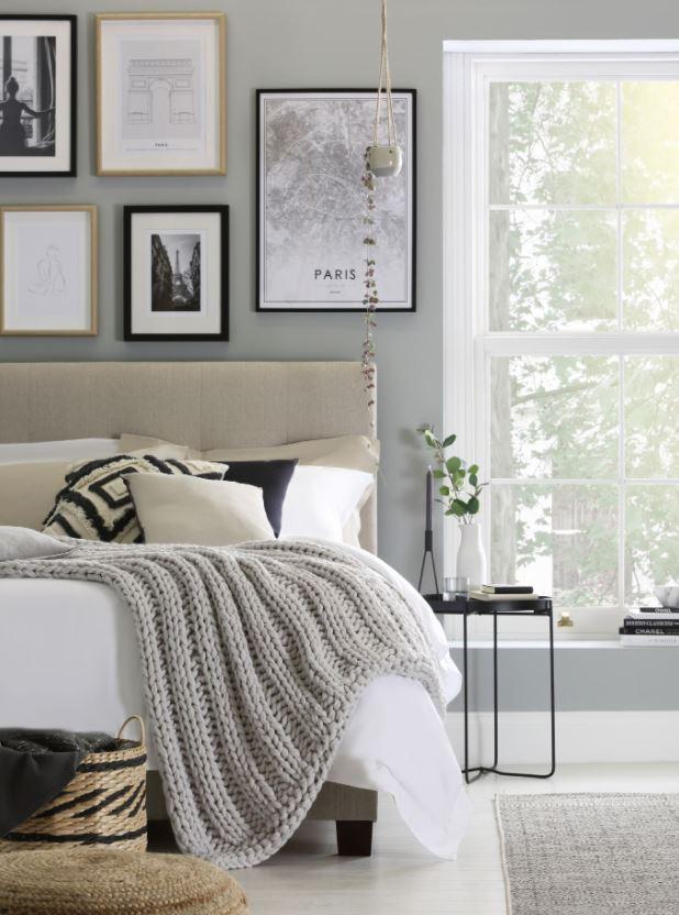 dormitorio matrimonio con cuadros bonitos