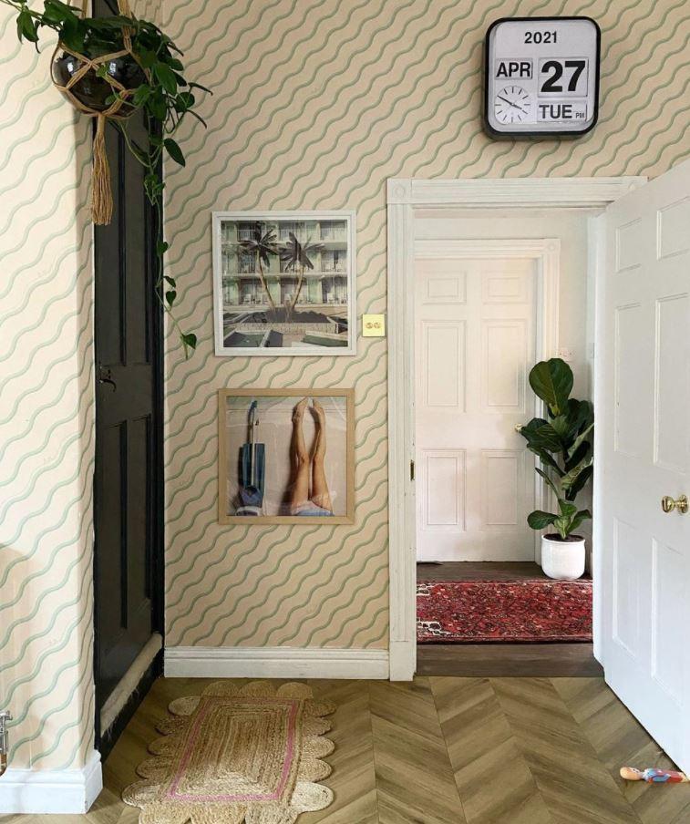 recibidores con papel pintado a rayas