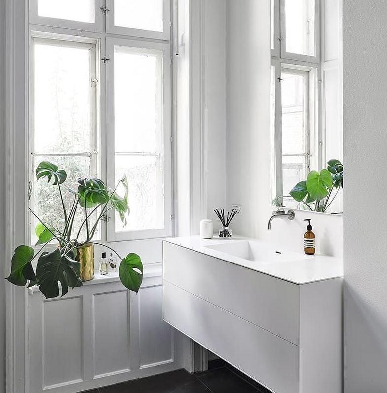 decorar el baño con plantas artificiales