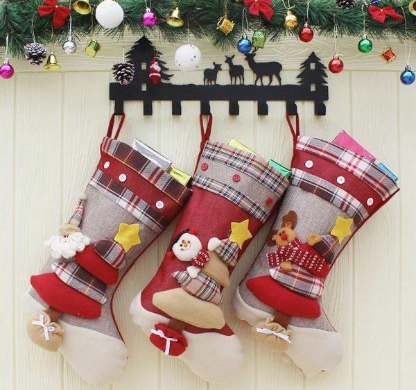 decoracion de puertas en navidad con calcetines