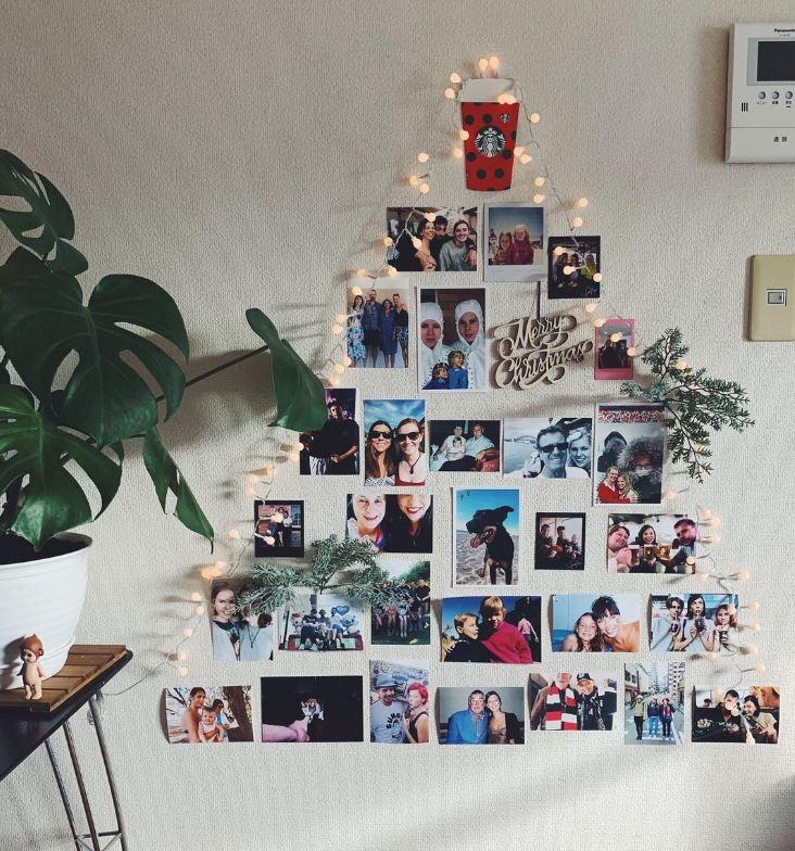 arbol de navidad con fotos colgadas