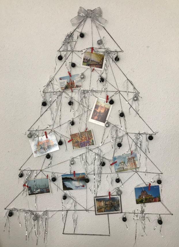 arbol de navidad con fotos en la pared
