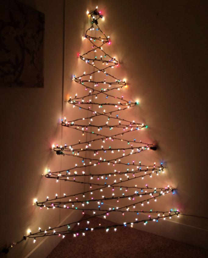 arbol de navidad con luces en la pared