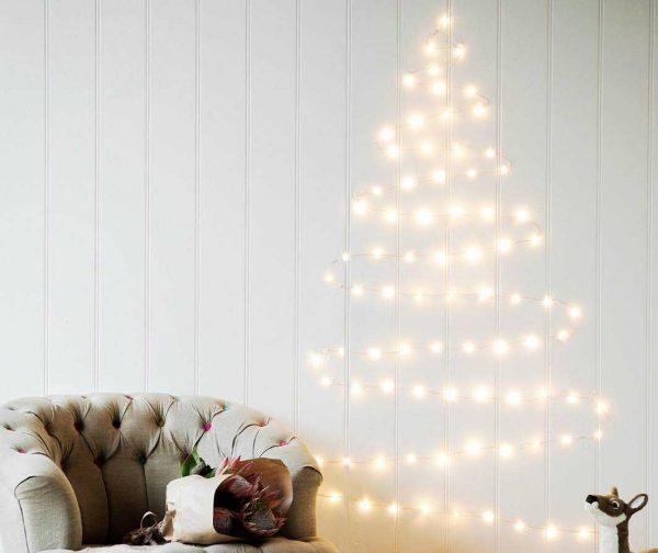 arbol de navidad con luces led en la pared