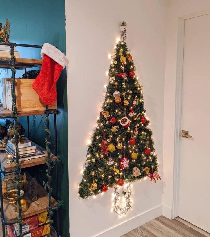 arbol de navidad en pared con guirnalda