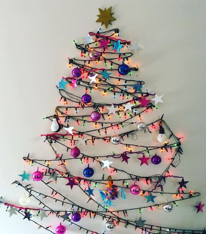 arbol de navidad hecho en la pared con luces