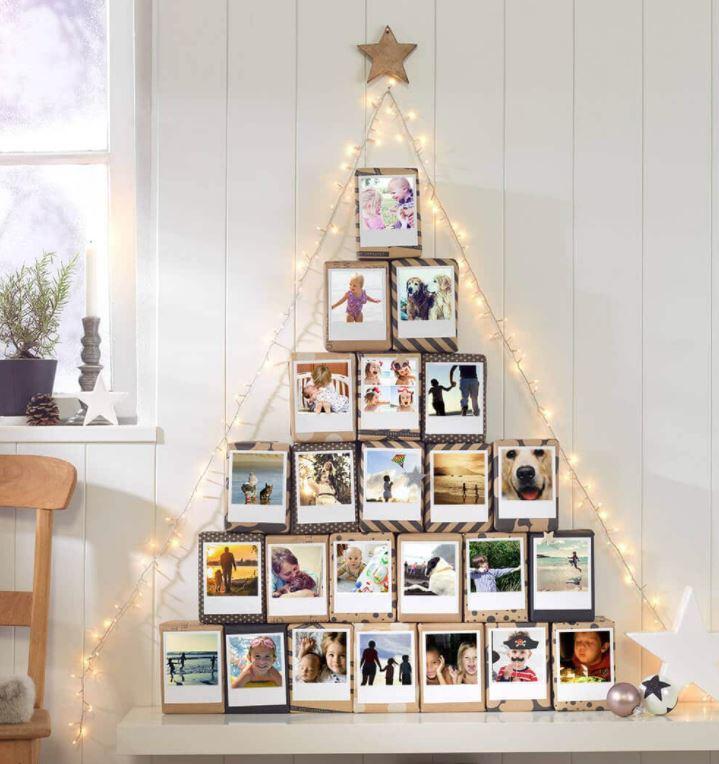 arbol navideño con fotos en la pared