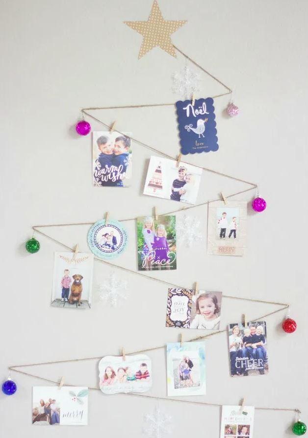 arbol navideño en pared con fotos familiares