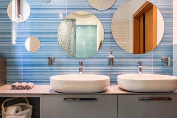 aseos con varios espejos de baño