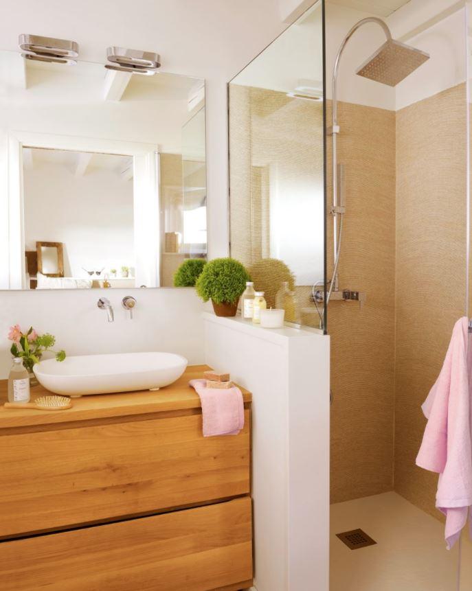 baño con muro en la ducha