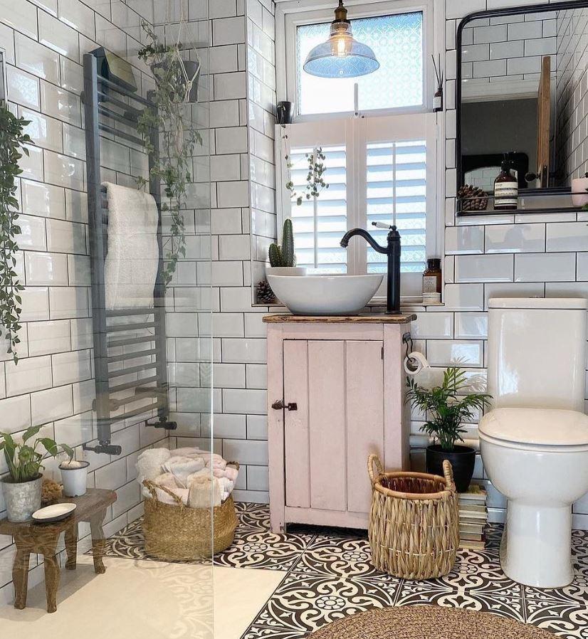 baño rustico con plantas decorativas