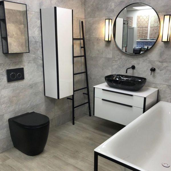 baños blanco y negro con bañera