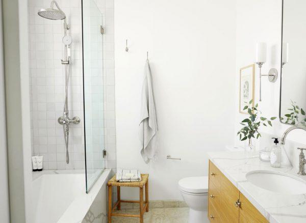 cómo decorar un baño pequeño sin ventana