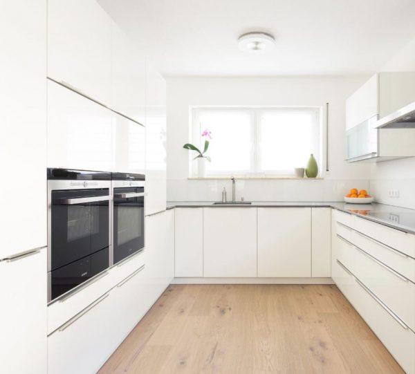 cocina blanca con electrodomesticos cristal gris