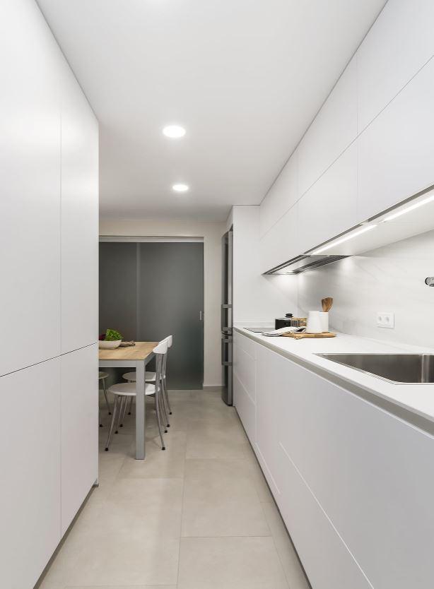 cocina blanca estrecha minimalista