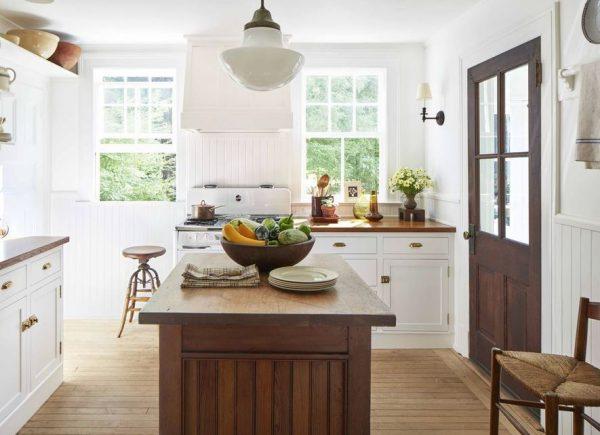 cocina blanca pequeña suelo madera