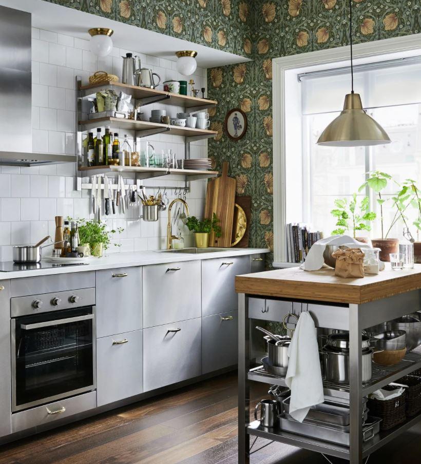 cocina con isla blanca y madera