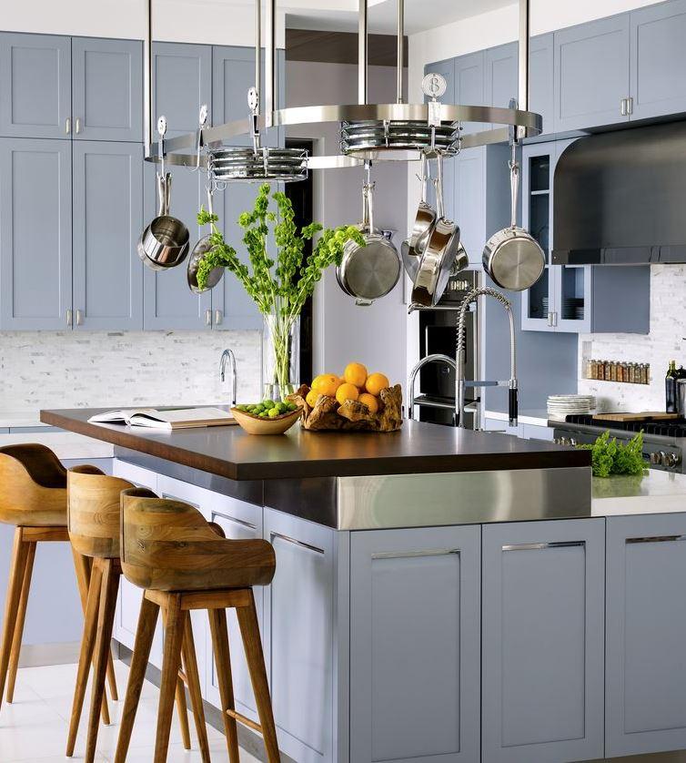 cocina moderna con isla y taburetes