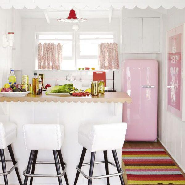 cocina rosa con isla tipo americana
