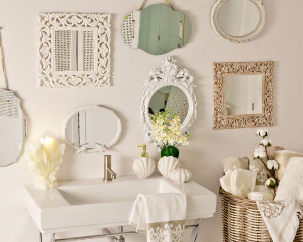 cuarto de baño con muchos espejos