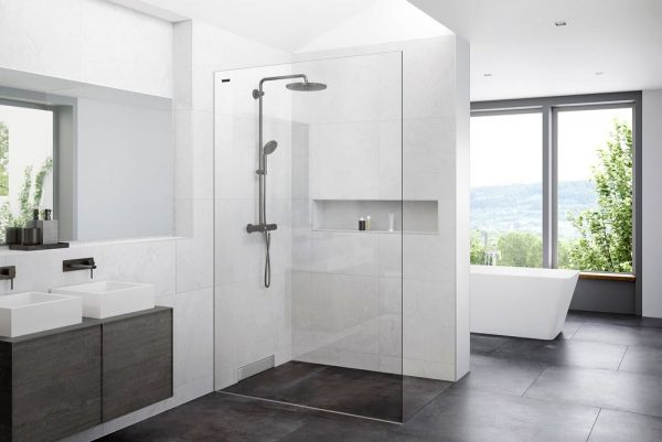 cuarto de baño con plato de ducha y bañera