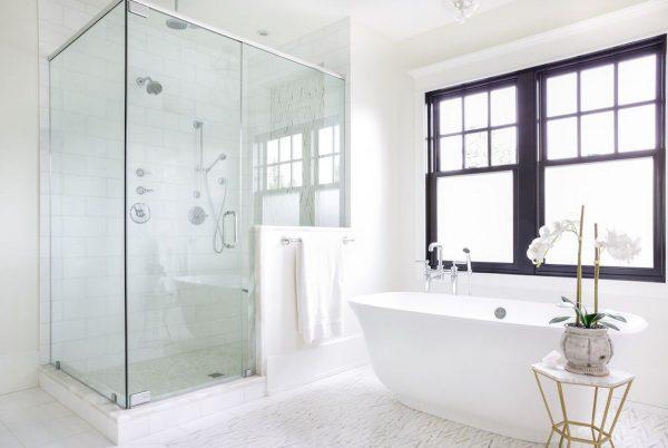 cuarto de baño moderno con ducha y bañera