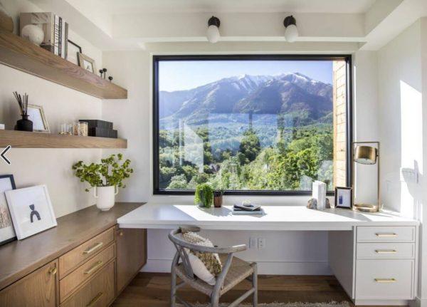despacho moderno en casa con vistas al campo