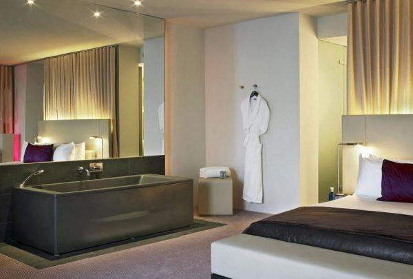 dormitorio con bañera moderna