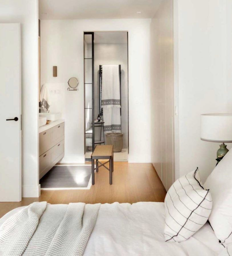 dormitorio con baño integrado pequeño