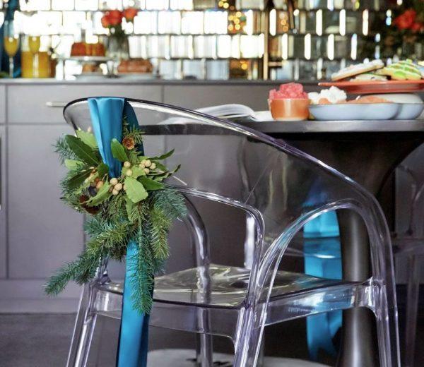 elementos decorativos navideños en sillas