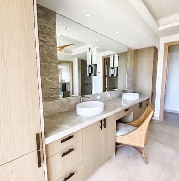 lavabo y tocador dentro habitacion